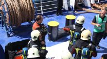 Brandweerteam op boot